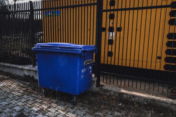 Что и как сдавать в синий бак во дворе